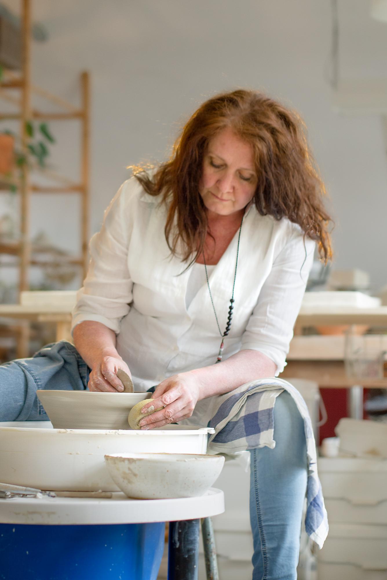 Madeleine fo Gallery Nordeinde throwing pots in her atelier.